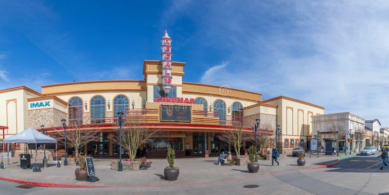 Edificio del cine en el pueblo de Bridgeport, centro comercial en la ciudad de Tigard, Oregon imagen de archivo libre de regalías