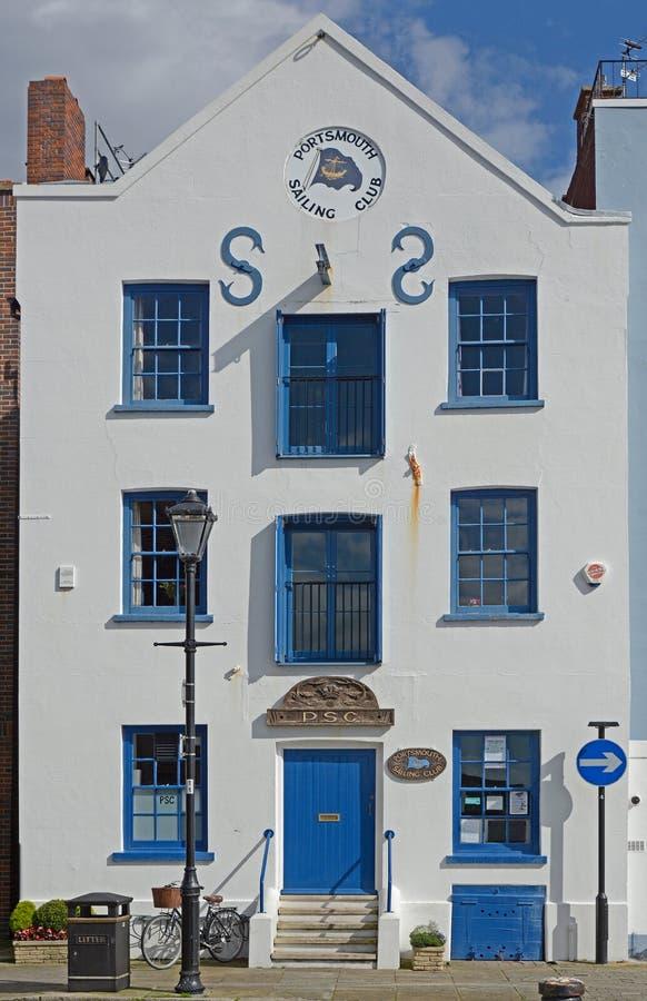 Edificio del club de la navegación de Portsmouth, Inglaterra imágenes de archivo libres de regalías