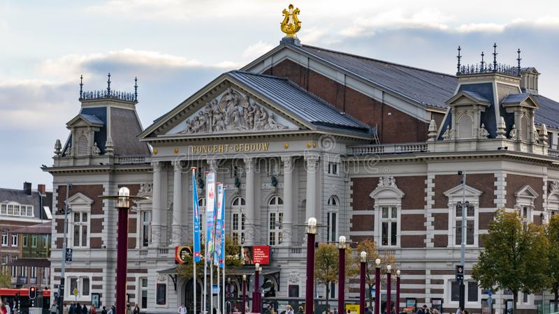 Edificio del concertgebouw de Amsterdam visto del Central Park fotos de archivo