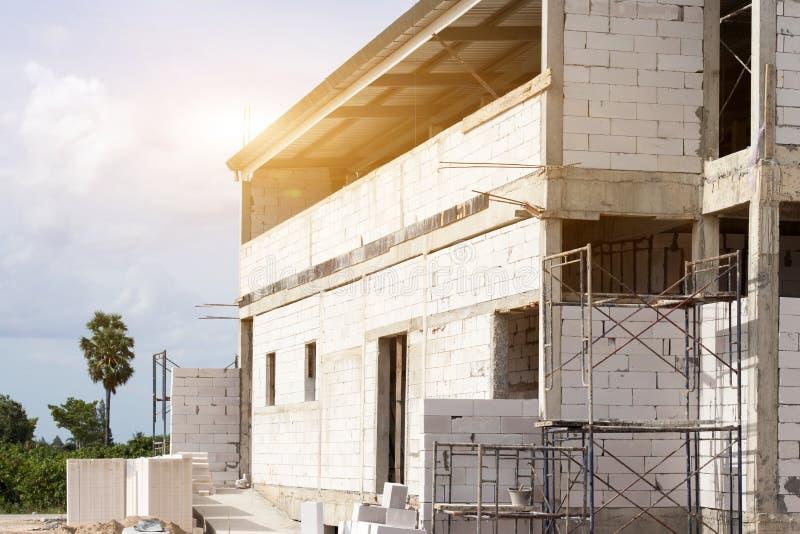 Edificio del emplazamiento de la obra con el andamio en nueva casa, arquitectura y alto concepto de la construcción de edificios imagen de archivo libre de regalías