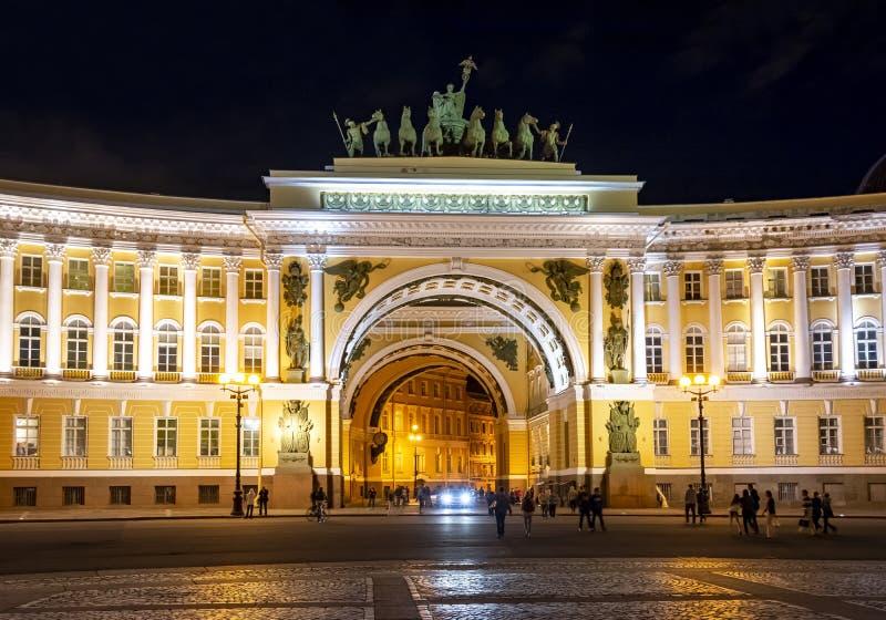 Edificio del estado mayor general en el cuadrado en la noche, St Petersburg, Rusia del palacio imagen de archivo