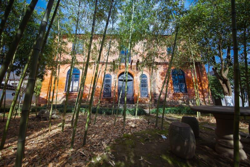 edificio del estilo del minguo en un pequeño bosque de bambú imagenes de archivo