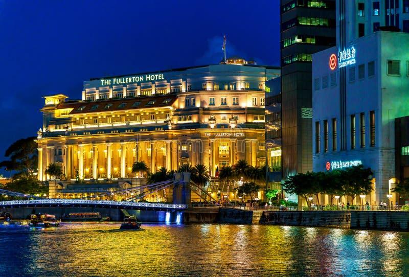 Edificio del hotel de Fullerton en Marina Bay en Singapur en la noche fotos de archivo libres de regalías