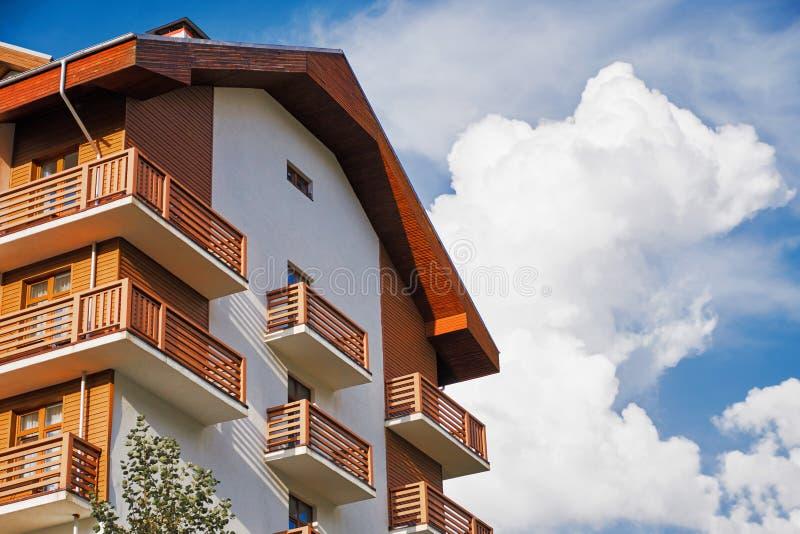 Edificio del hotel en el fondo azul de cielo nublado Top de la casa marrón Concepto del centro turístico imagen de archivo libre de regalías