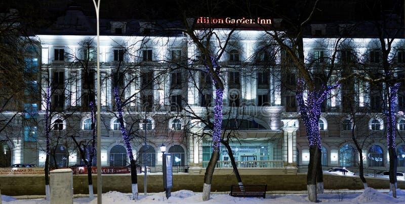 Edificio del hotel Hilton Garden Inn por la tarde del invierno fotos de archivo
