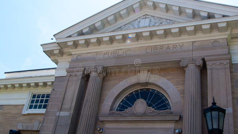 Edificio del m?rmol de Connecticut de la biblioteca p?blica de Norwalk, sensaci?n del griego cl?sico foto de archivo