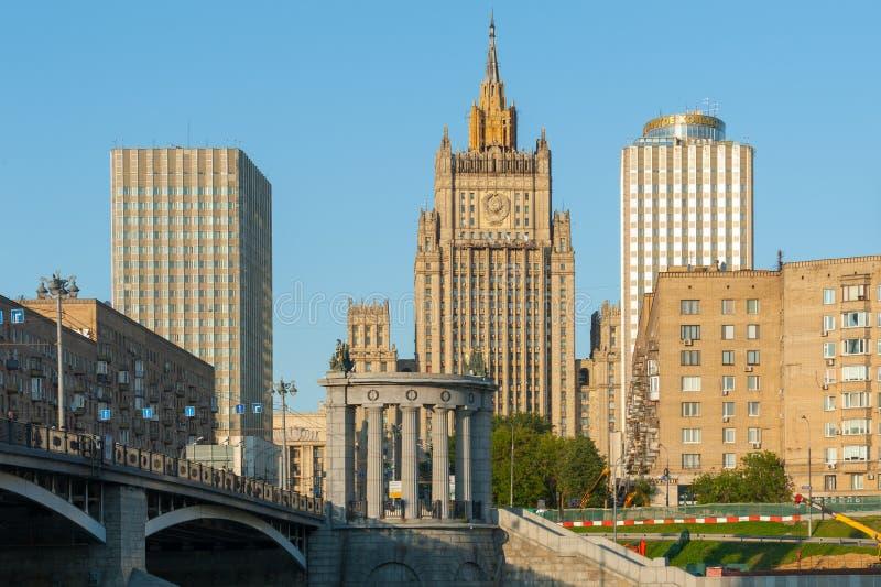 Edificio del Ministerio de Asuntos Exteriores y de Ring Hotel de oro fotografía de archivo libre de regalías
