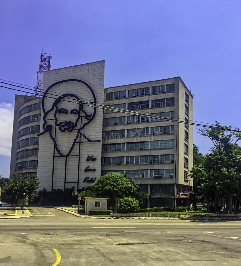 Edificio del Ministerio de información con un monumento de acero al primer ministro cubano Fidel Alejandro Castro Ruz - cuadrado  fotografía de archivo libre de regalías