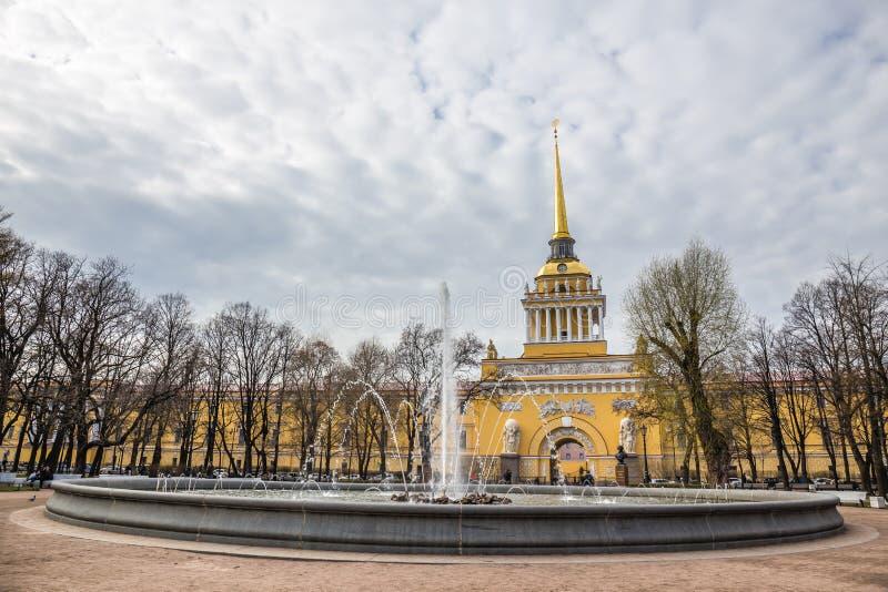 Edificio del Ministerio de marina con la fuente - St Petersburg, Rusia fotos de archivo