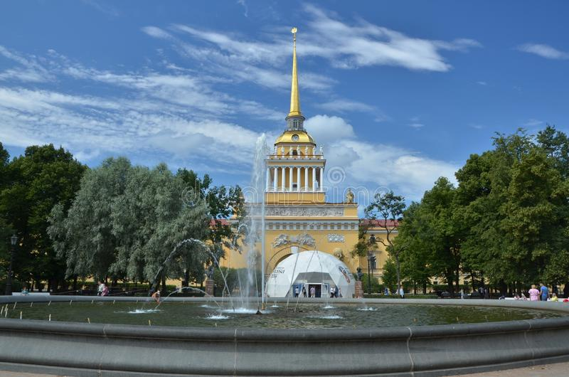 Edificio del Ministerio de marina en St Petersburg, Rusia fotografía de archivo libre de regalías