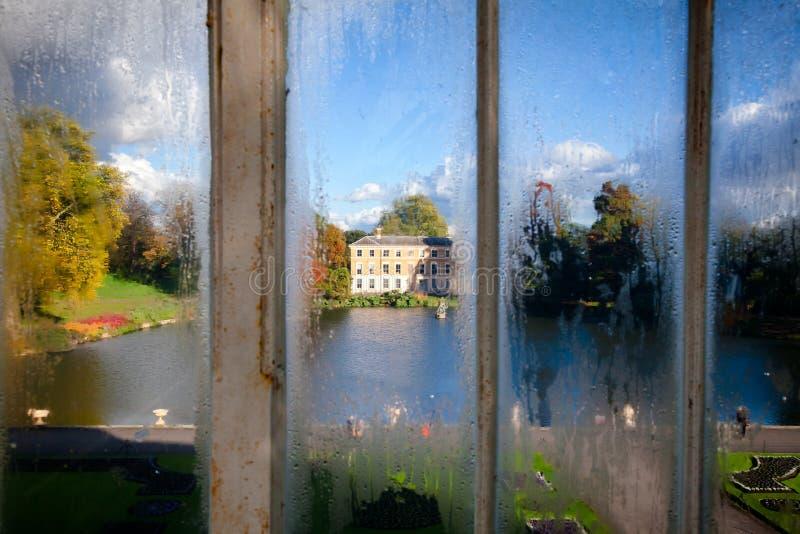 Edificio del museo visto de invernadero de la casa de palma en los jardines S de Kew fotografía de archivo