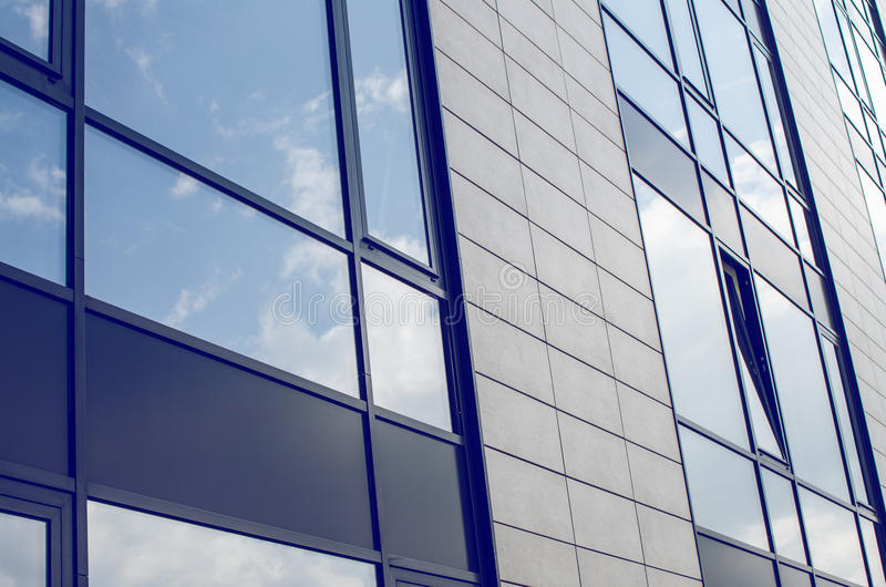 Edificio del negocio con Windows teñido imagenes de archivo
