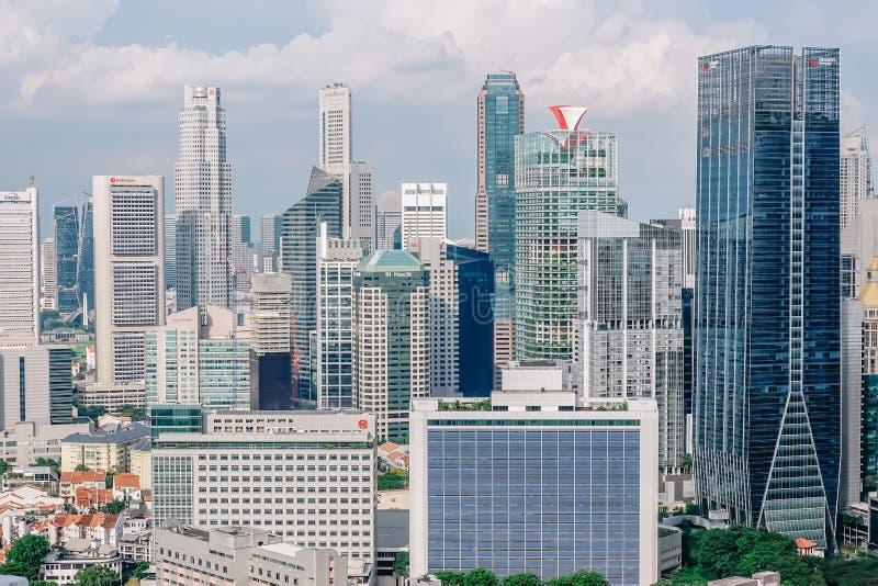 Edificio del negocio del horizonte de las visiones superiores y distrito financiero en día de la sol en la ciudad de Singapur fotografía de archivo libre de regalías