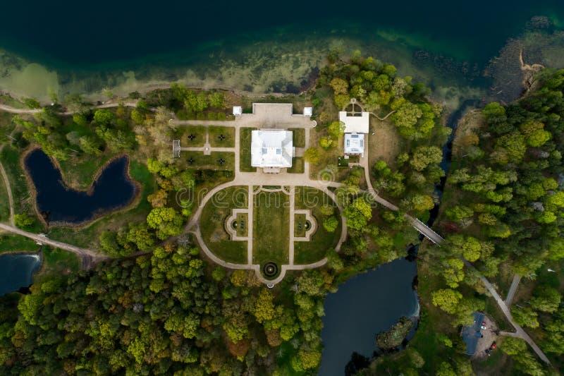 Edificio del palacio rodeado de naturaleza fotos de archivo libres de regalías