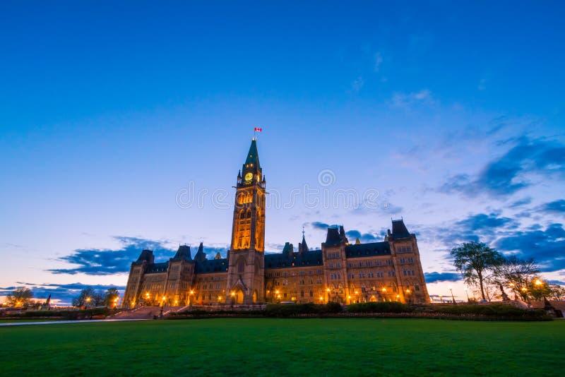 Edificio del parlamento de Canadá y llama centenaria fotos de archivo libres de regalías