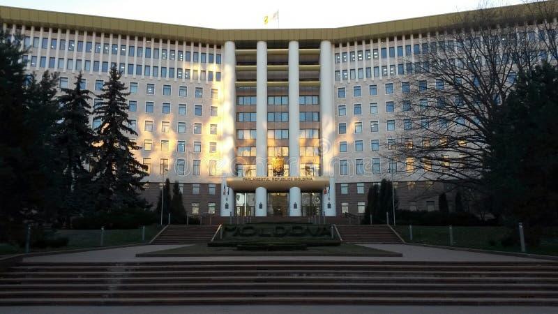 Edificio del parlamento en Chisinau, el Moldavia fotografía de archivo