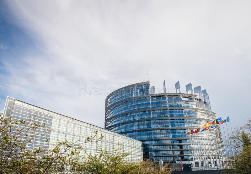 Edificio del Parlamento Europeo con todas las banderas de los Estados miembros fotos de archivo