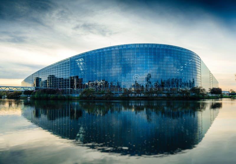 Edificio del Parlamento Europeo en Estrasburgo en la oscuridad imágenes de archivo libres de regalías