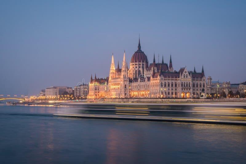 Edificio del Parlamento húngaro y río Danubio en la ciudad de Budapest en la noche Una muestra de arquitectura neo-gótica fotos de archivo