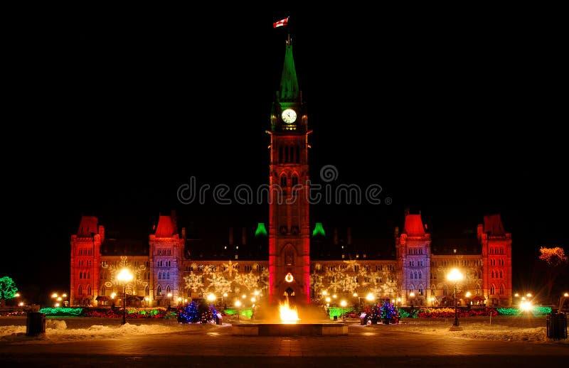 Edificio del parlamento y llama eterna en la Navidad imágenes de archivo libres de regalías