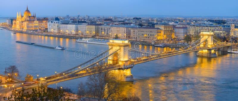 Edificio del puente de cadena y del parlamento en Budapest fotografía de archivo libre de regalías