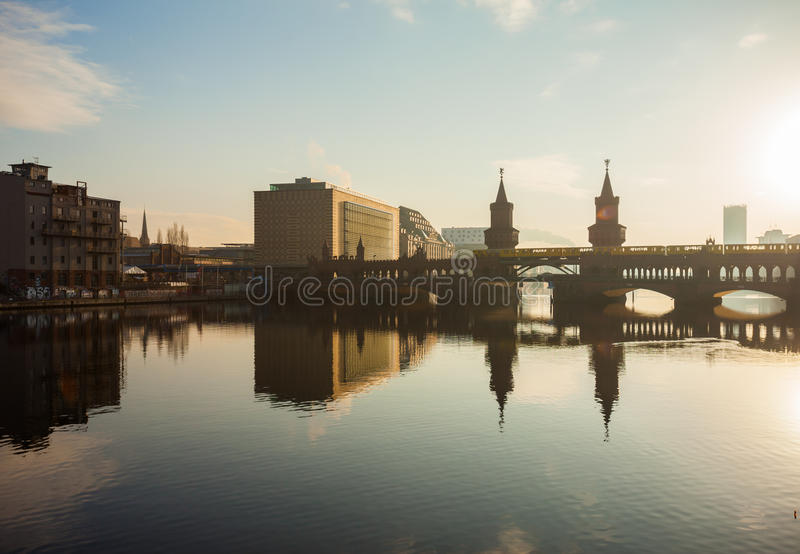Edificio del puente y de Universal Music de Oberbaum imagenes de archivo