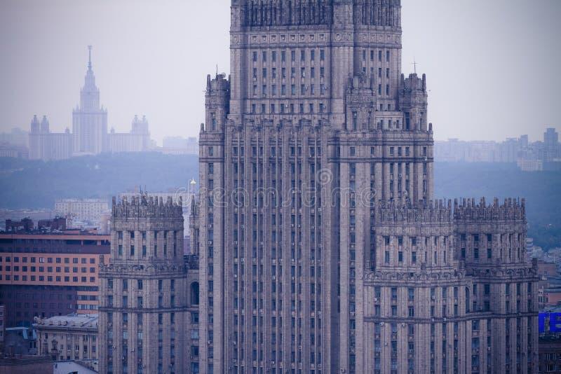 Edificio del rascacielos del Ministerio de Asuntos Exteriores en Moscú, visión macra aérea fotos de archivo