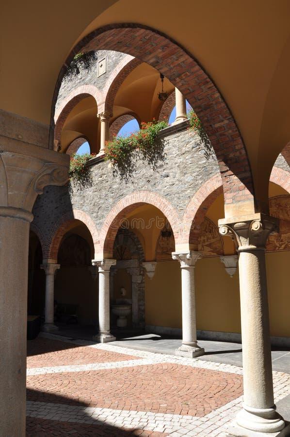 Edificio del renacimiento del patio con las arcadas imagen de archivo libre de regalías