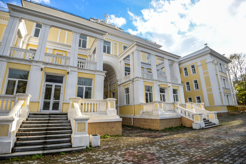 Edificio del sanatorio clínico militar central cerca de Vladivostok fotos de archivo