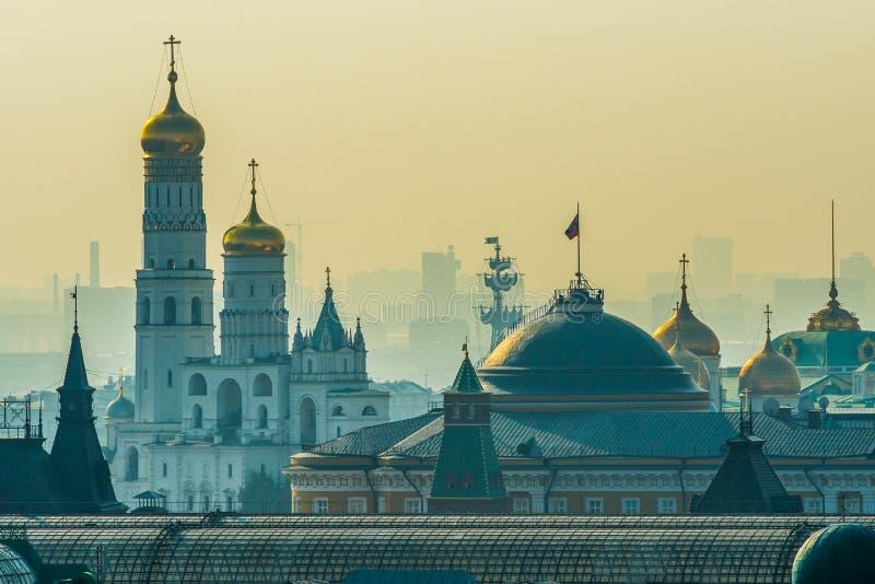Edificio del senado de Moscú el Kremlin con el presidente del ruso imagenes de archivo