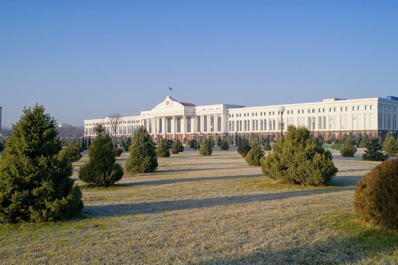 Edificio del senado y del jardín público fotos de archivo