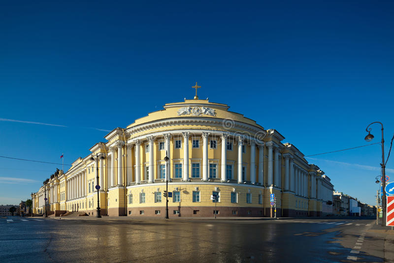 Edificio del senado y del sínodo en St Petersburg imagenes de archivo
