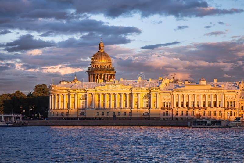 Edificio del senado y del sínodo, la catedral de Isaac del santo, St Petersbu fotos de archivo