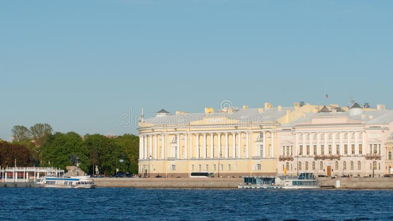 Edificio del senado y del sínodo y el río de Neva en el verano imagen de archivo libre de regalías