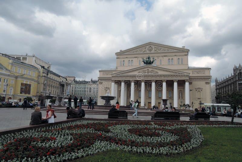 Edificio del teatro de Bolshoi y alameda de compras de TSUM en Moscú imagen de archivo libre de regalías