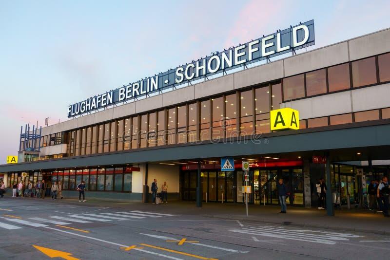 Edificio del terminal A del aeropuerto de Schoenefeld en el tiempo del día imagenes de archivo
