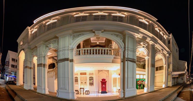 Edificio del vintage del panorama del banco o del K-banco de Kasikorn para el depósito y efectivo con la iluminación en la noche imagen de archivo libre de regalías