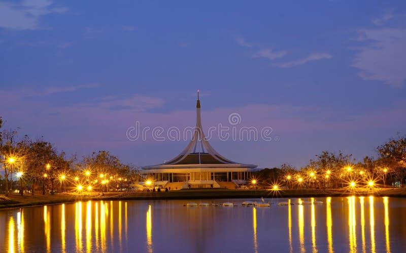 Edificio después de la puesta del sol y del cielo de la vainilla imagen de archivo libre de regalías
