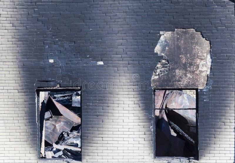 edificio después del fuego, fotos de archivo