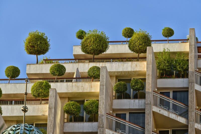 Edificio di Eco con gli alberi fotografia stock libera da diritti