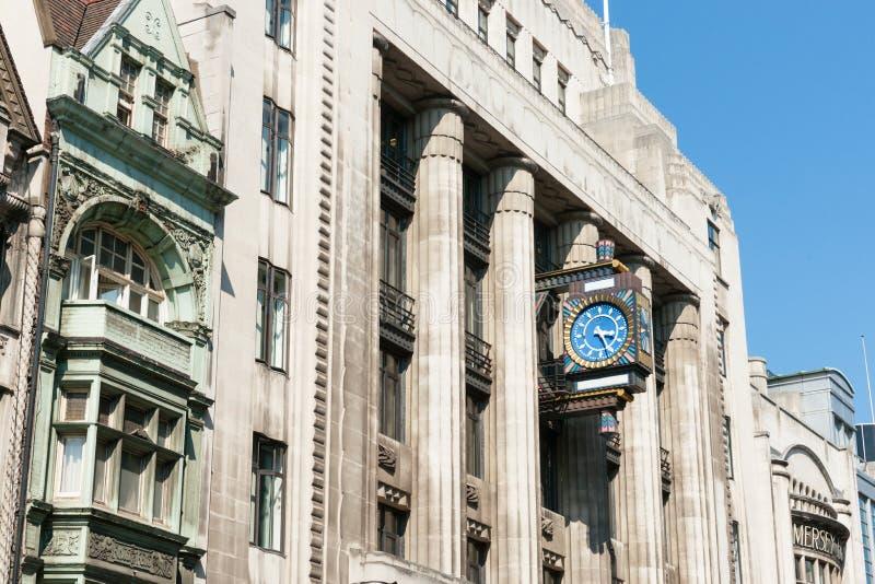 Edificio di Fleet Street con il retro orologio fotografie stock