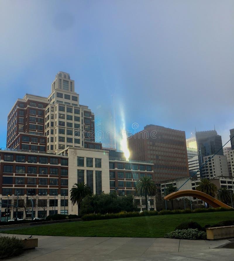 Edificio di Gap su un'alba nebbiosa immagine stock libera da diritti