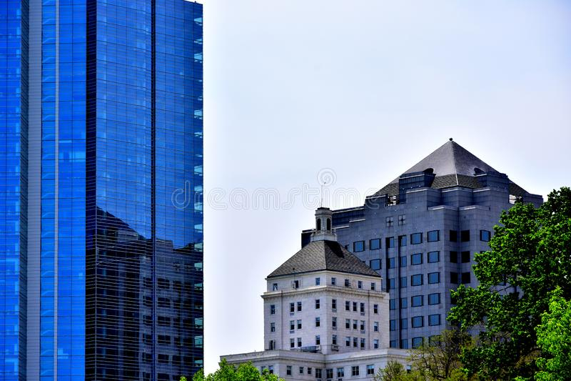 Edificio di Milwaukee nell'orizzonte con le riflessioni fotografia stock