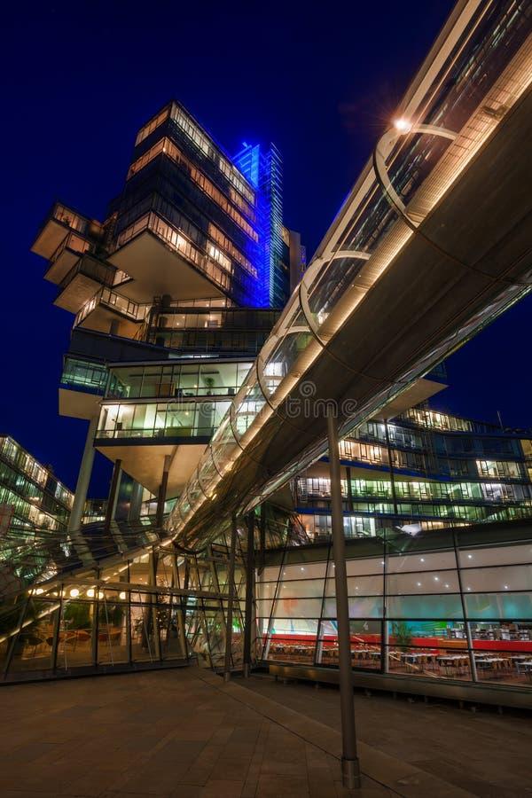 Edificio di NordLB a Hannover, Germania, alla notte fotografie stock libere da diritti