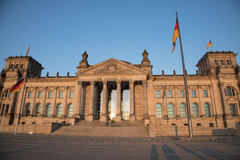 Edificio di Reichstag con i pali di bandiera in priorità alta immagine stock