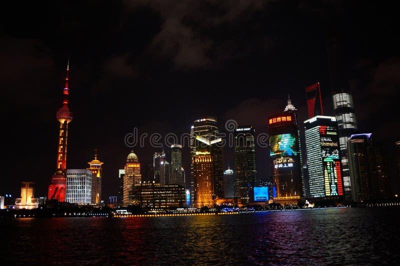 Edificio di Shanghai alla notte fotografie stock libere da diritti