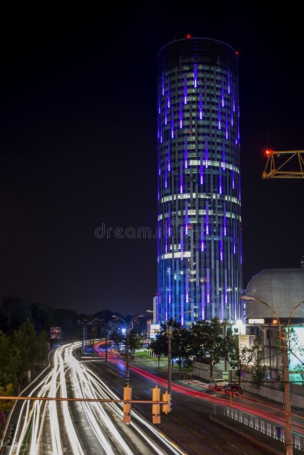 Edificio di SkyTower a Bucarest durante la notte fotografie stock libere da diritti