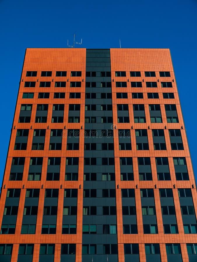 Edificio di uffici con facciata moderna immagini stock libere da diritti