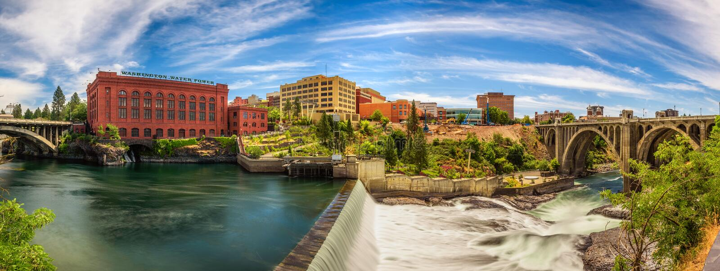 Edificio di Washington Water Power e Monroe Street Bridge a Spokane fotografia stock libera da diritti