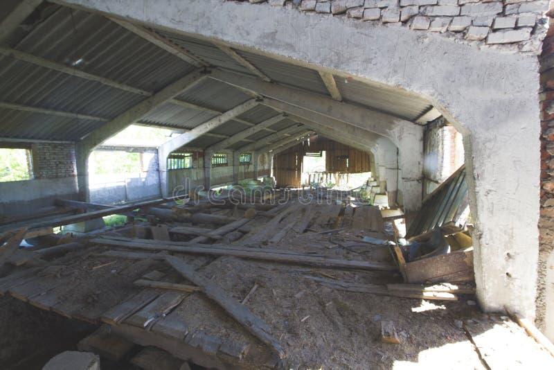 Edificio dilapidado viejo del pueblo y la pared de registros dilapidados fotografía de archivo